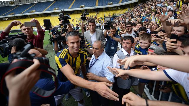Van Persie tekent driejarig contract bij Fenerbahçe