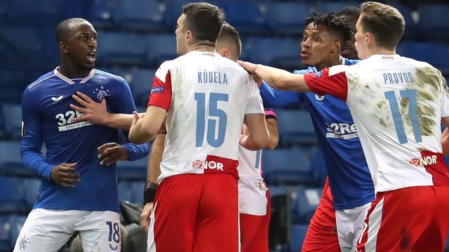 Glen Kamara ging Ondrej Kúdela na afloop van de Europa League-wedstrijd te lijf.