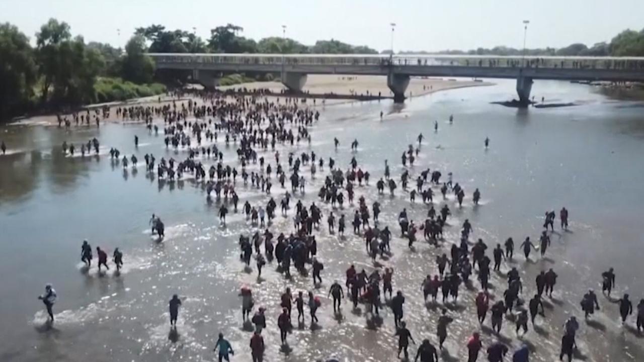 Grote groep migranten steekt rivier bij Mexico over in tocht naar VS