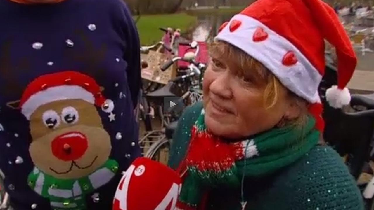 Foute Kersttrui Zelf Maken.Honderden Deelnemers Rennen In Foute Kersttruien Door Vondelpark
