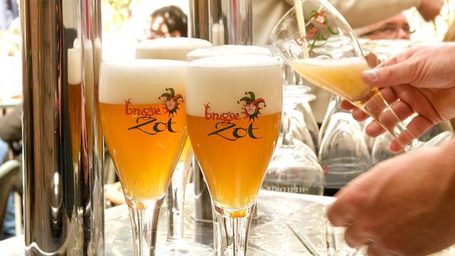 Matrixborden en liters bier in voorbereiding kampioensfeest