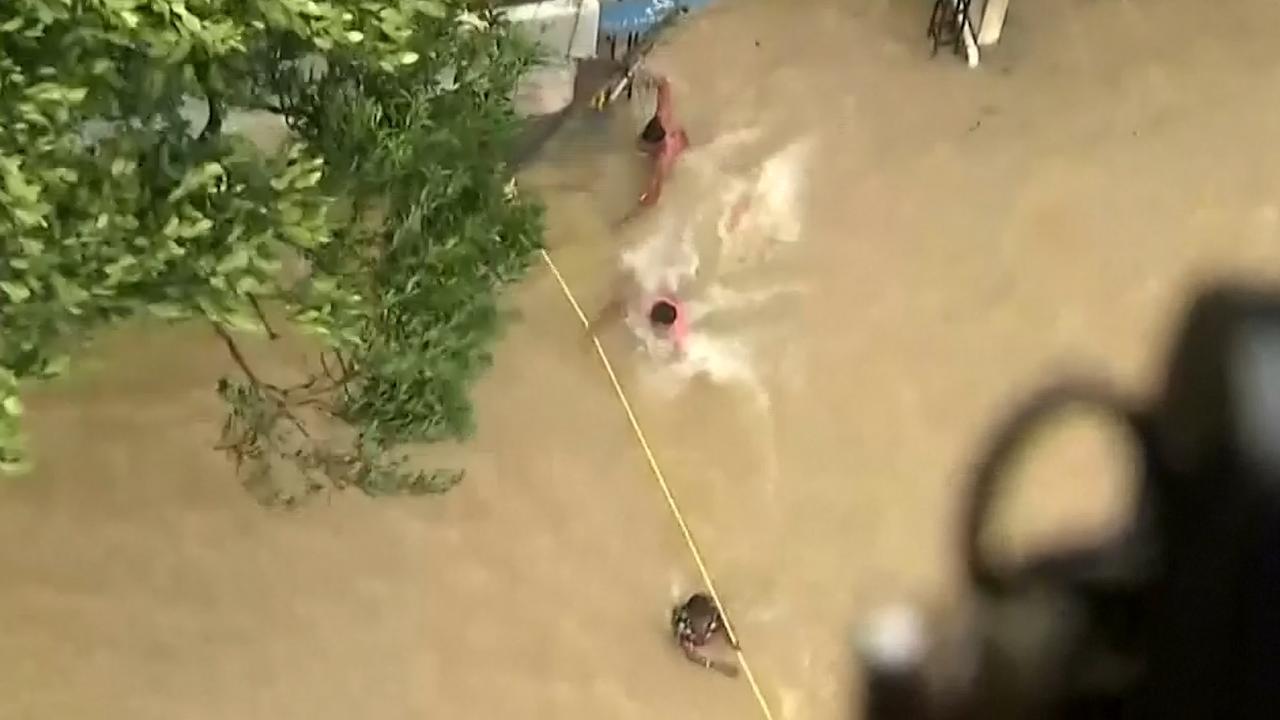 Leger dropt voedsel in overstroomde gebieden India