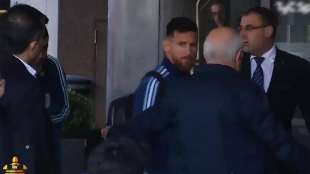 Messi grijpt in als beveiliging fan wegstuurt