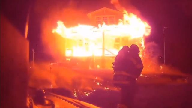 Brandweer VS deelt beelden van reddingsoperatie in brandend huis