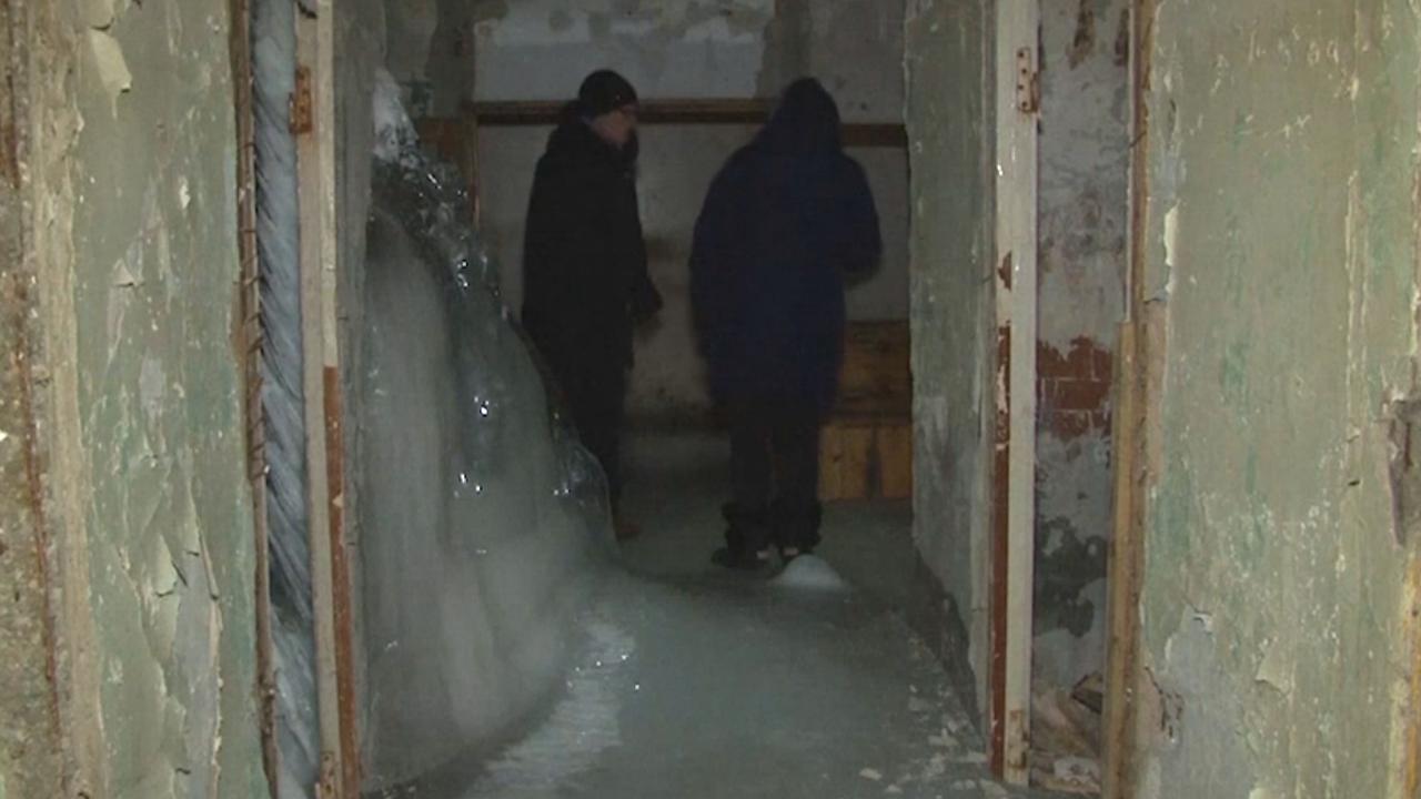 Russen wonen in bevroren flatgebouw door kapotte leidingen