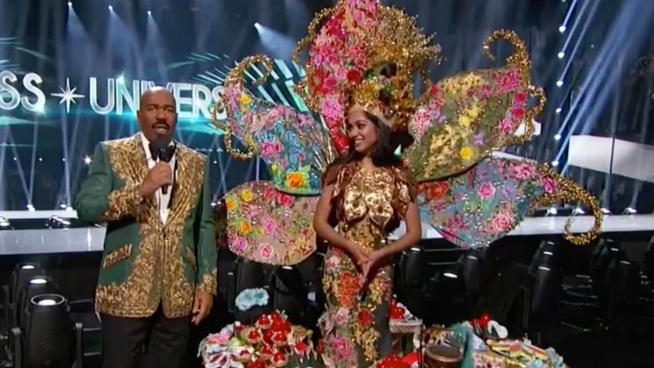 Presentator Harvey lijkt opnieuw fout in te gaan bij Miss Universe