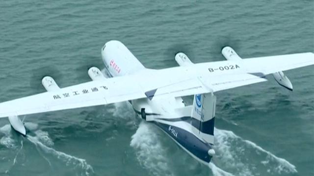 China test grootste vliegende amfibievliegtuig vanaf water