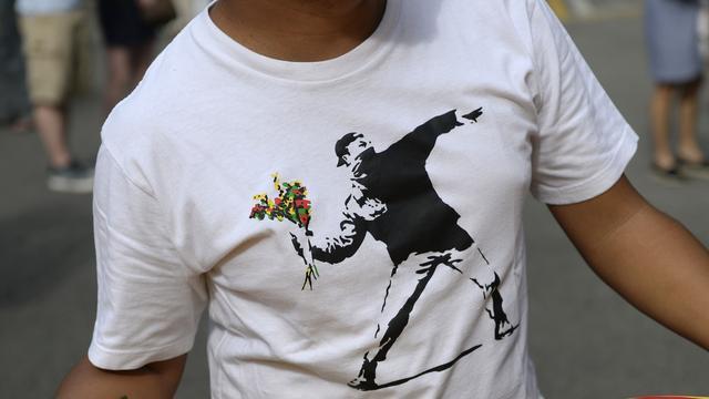 Glazenwasser redt muurschildering Banksy
