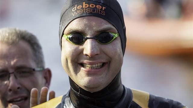Van der Weijden finisht elfstedenzwemtocht in Leeuwarden