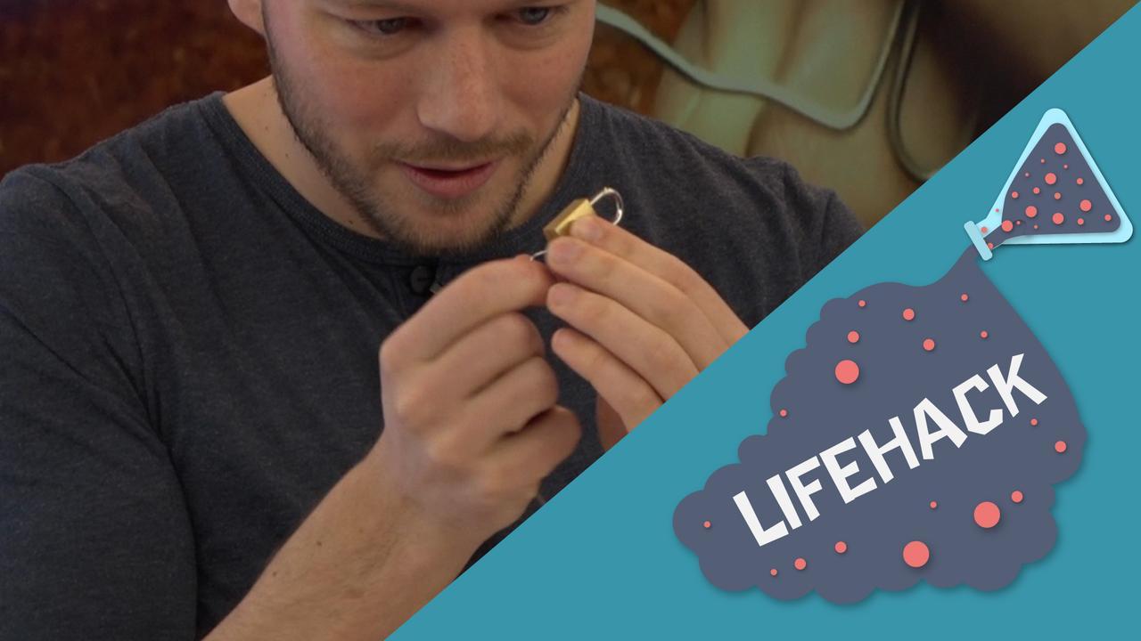 Lifehack getest: Hangslot openmaken met een paperclip
