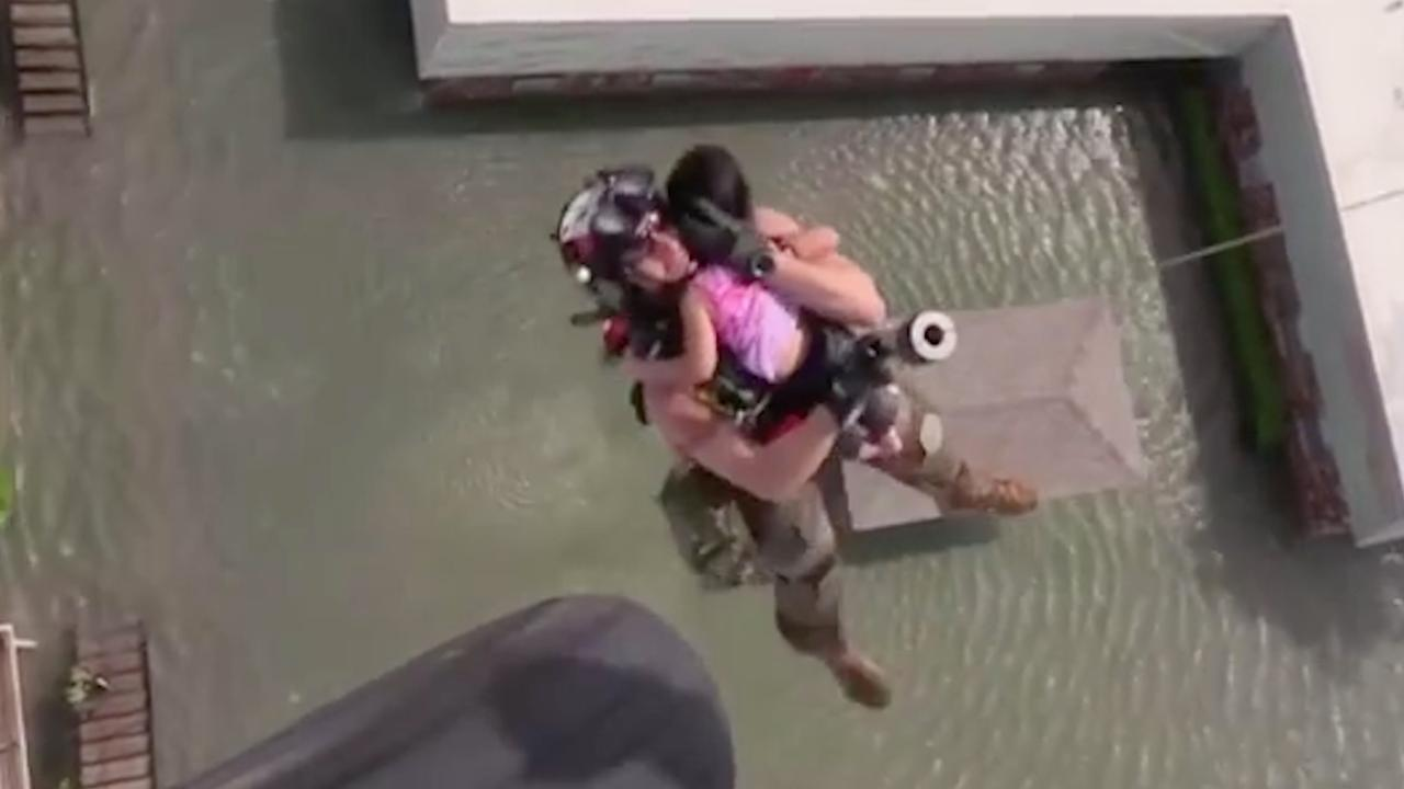 Luchtmacht VS redt nog altijd families uit overstroomd gebied Houston