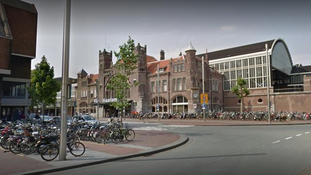 NS zet extra beveiligers in bij station Haarlem na treinbranden