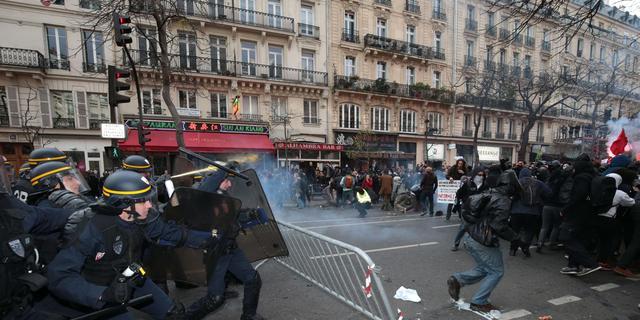 Franse politie raakt in Parijs slaags met betogers klimaattop