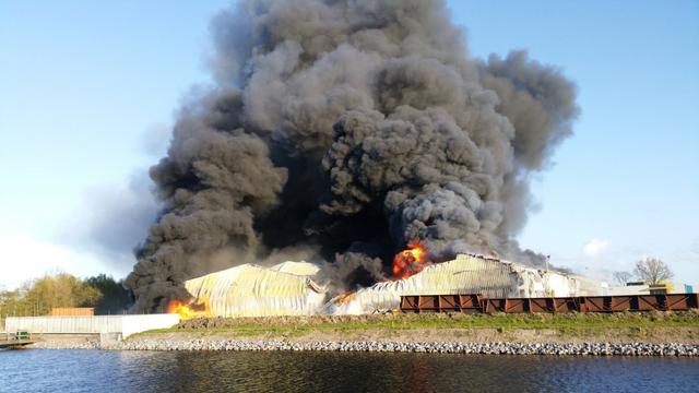 Brandweer nog hele dag druk met nablussen papierloods Scheemda