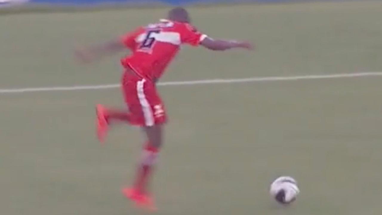 Speler Braziliaanse club struikelt over de bal