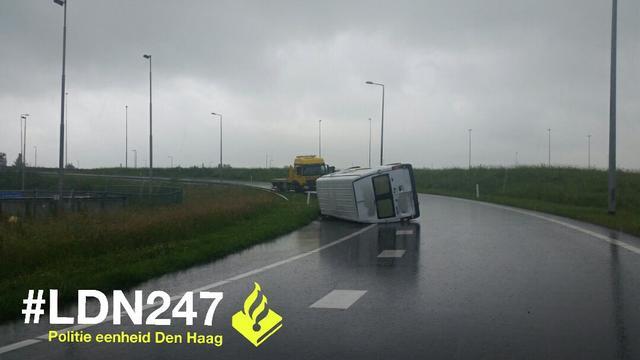 Busje kantelt op afslag rijksweg A4