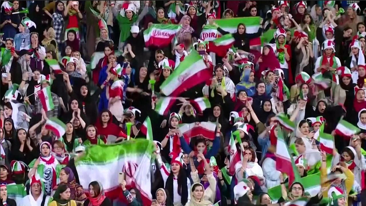 Iraans elftal bedankt vrouwelijk publiek na opheffen stadionverbod