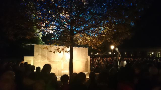 Joods monument week voor Dodenherdenking besmeurd met bloed