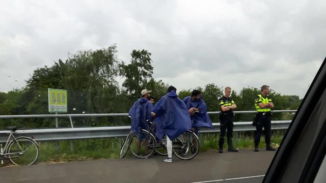 Politie haalt groep fietsende toeristen van A7 bij Zaandam
