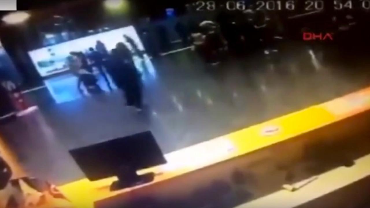 Mensen op luchthaven Istanbul vluchten voordat terrorist zich opblaast