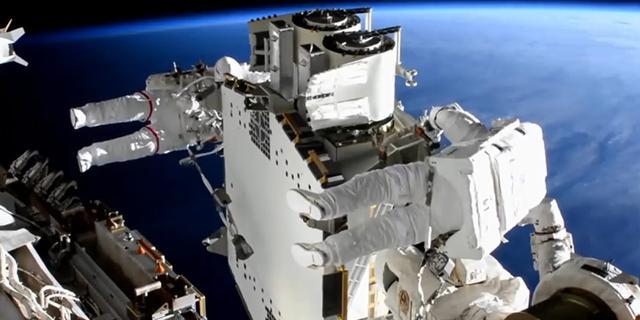 Astronauten installeren in zes uur tijd nieuwe zonnepanelen op ISS