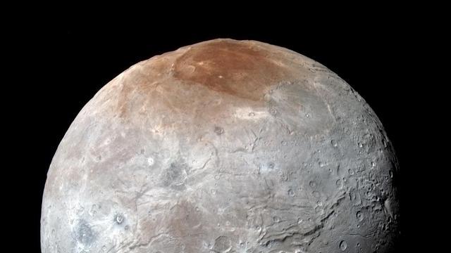 'Maan van Pluto heeft rode noordpool door bevroren methaan'