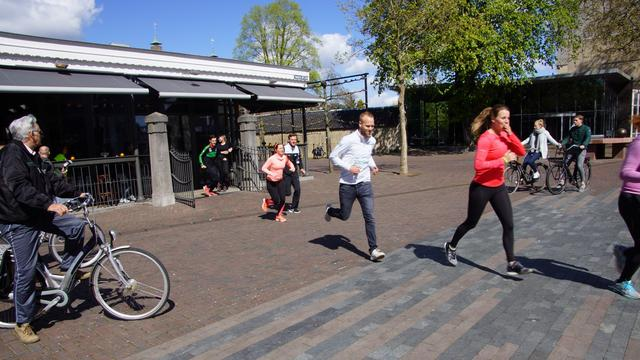 Deelnemers City Run Fun lopen en wandelen voor goed doel in Roosendaal