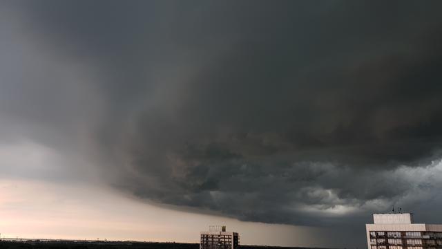 Onweer trekt over het land, dak Gamma in Nieuwegein ingestort