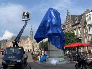 Standbeeld 'Lautje' op Grote Markt ingepakt met blauw zeil