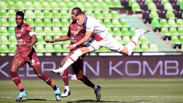 Kylian Mbappé maakt de 0-1 na een typische sprint.