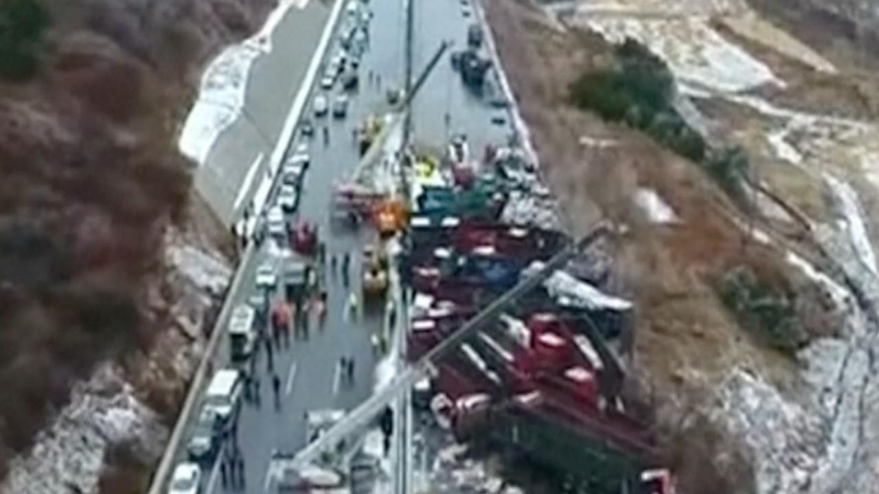 Zeventien doden bij kettingbotsing met 53 auto's in China