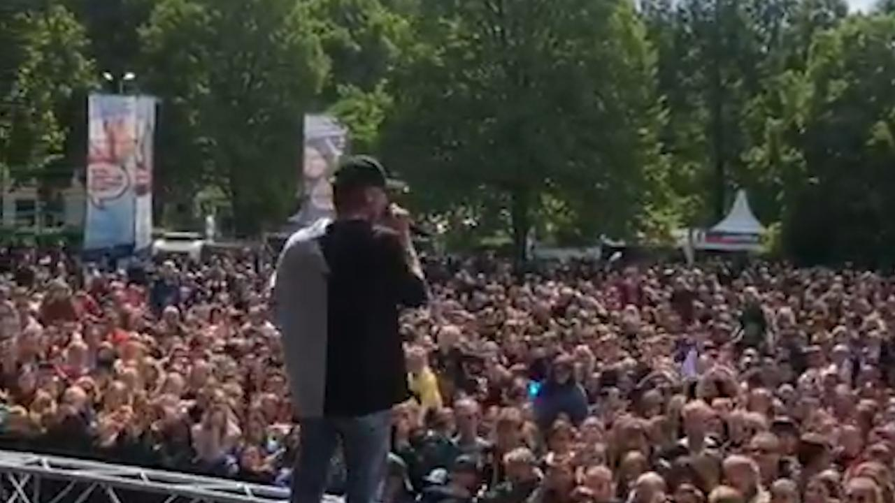 YouTuber Kalvijn op het podium tijdens bevrijdingspop in Haarlem