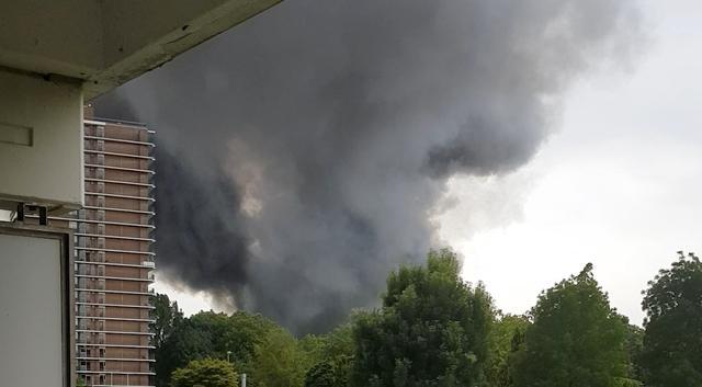 Donkere rookwolken bij garagebrand in Rotterdam
