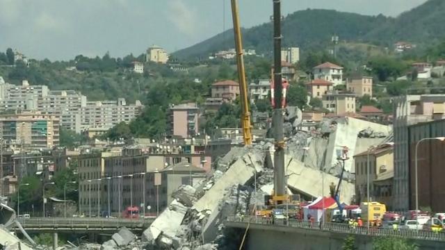 Hijskranen helpen bij verwijderen puin brug Genua