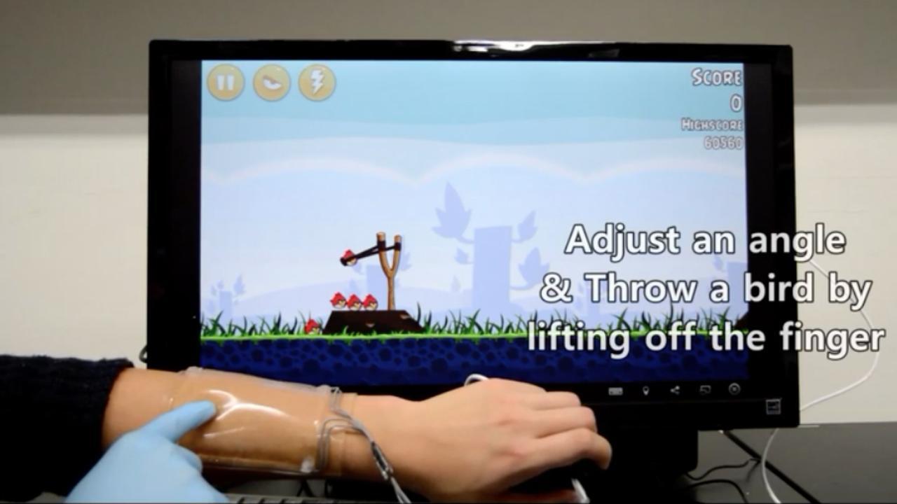 Wetenschapper speelt met flexibel touchpad om arm