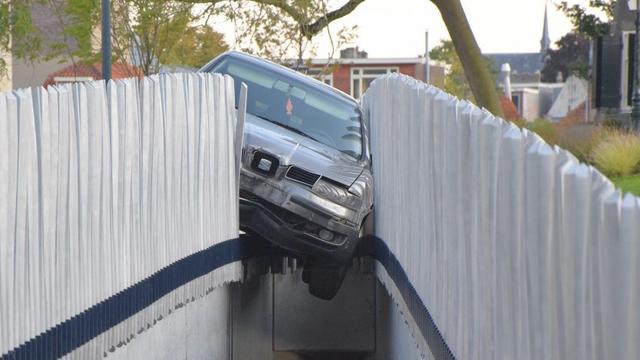 Auto vliegt uit bocht bij Valkbrug, bestuurder ongedeerd