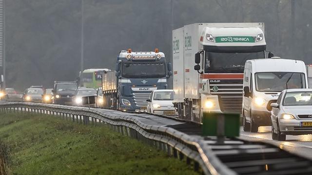 Korte tijd file op A2 richting Eindhoven door ongeval