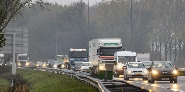 Veel file rond Amsterdam vanwege groot ongeluk en grondverschuiving