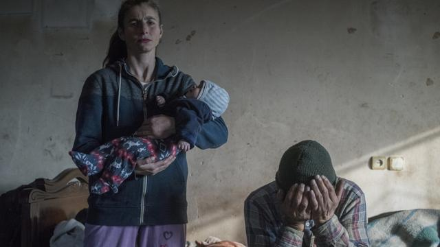 Een stel dat op hun punt staat om hun huis in Lachin (Armenië) te verlaten. Veel Armeniërs vertrokken uit plaatsen in de betwiste enclave Nagorno-Karrabach, die in 1994 werd veroverd door Armeense strijdkrachten en onder de bepalingen van een recent staakt-het-vuren weer in Azerbeidzjaanse handen is gevallen.