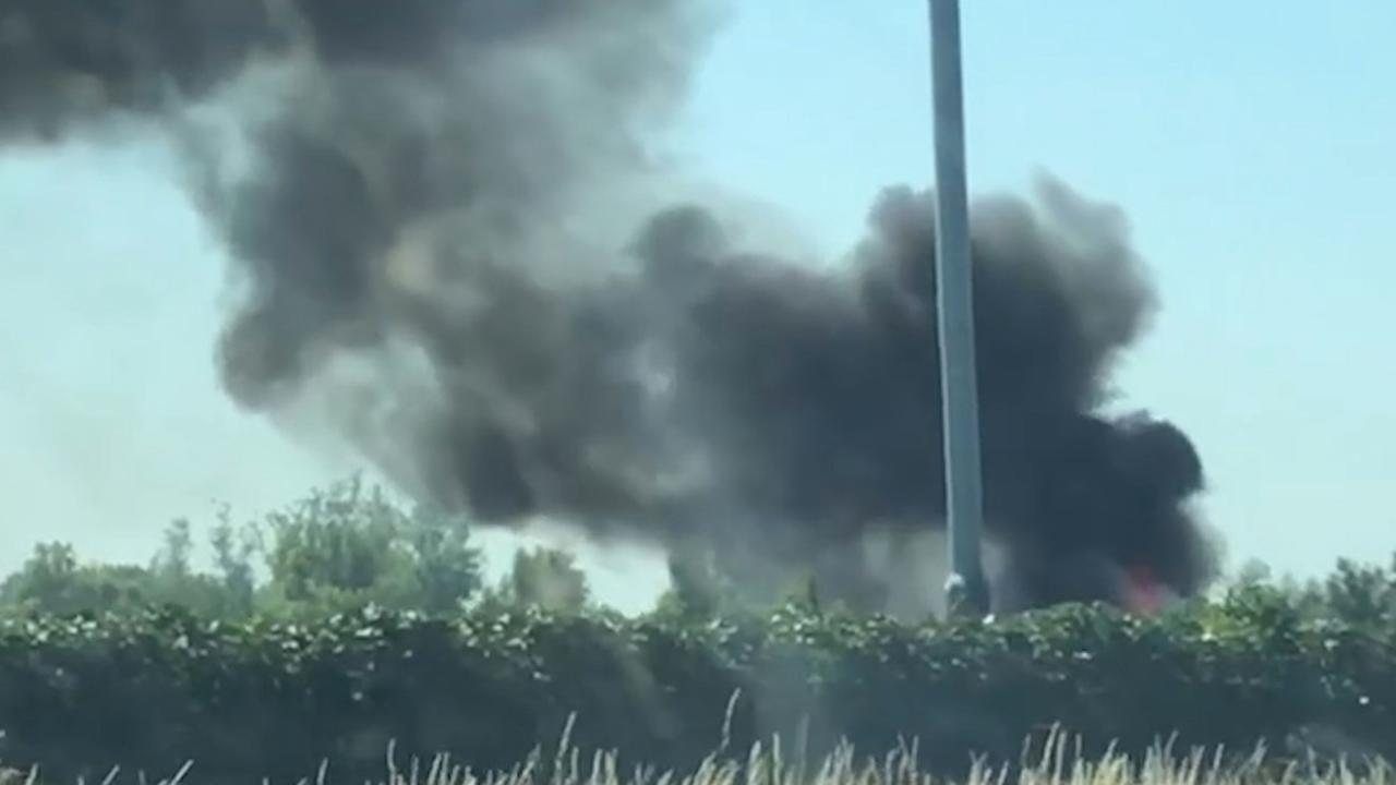 Donkere rookwolken bij brandende vrachtwagen op A4
