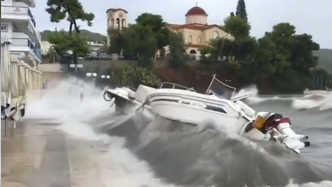 Boten kletteren tegen kade door storm Griekenland
