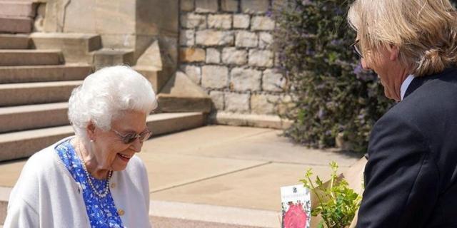 Elizabeth krijgt wegens Philips geboortedag naar hem vernoemde roos