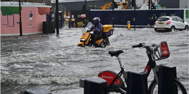 Wateroverlast in Londen door noodweer: straten en metrostations ondergelopen