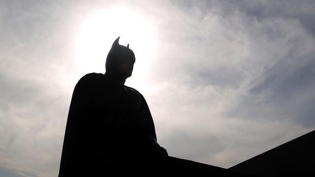 Man met batmanmasker overvalt tabakswinkel in Merenwijk