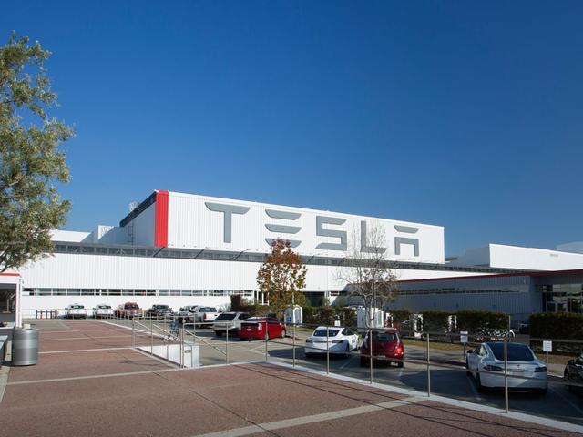 Tesla met Autopilot versnelde vlak voor botsing met brandweerwagen