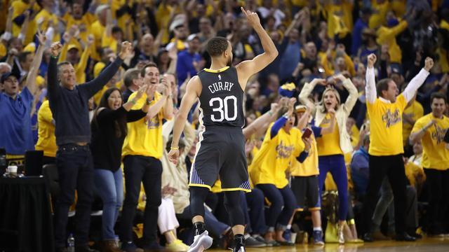 Curry helpt Warriors bij rentree aan winst, James wijst Cavaliers de weg