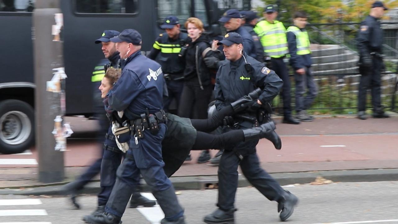 Politie haalt klimaatblokkade uit elkaar op Stadhouderskade