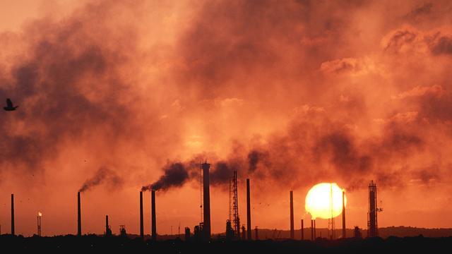 Olieprijzen opnieuw omlaag, winst BP gehalveerd