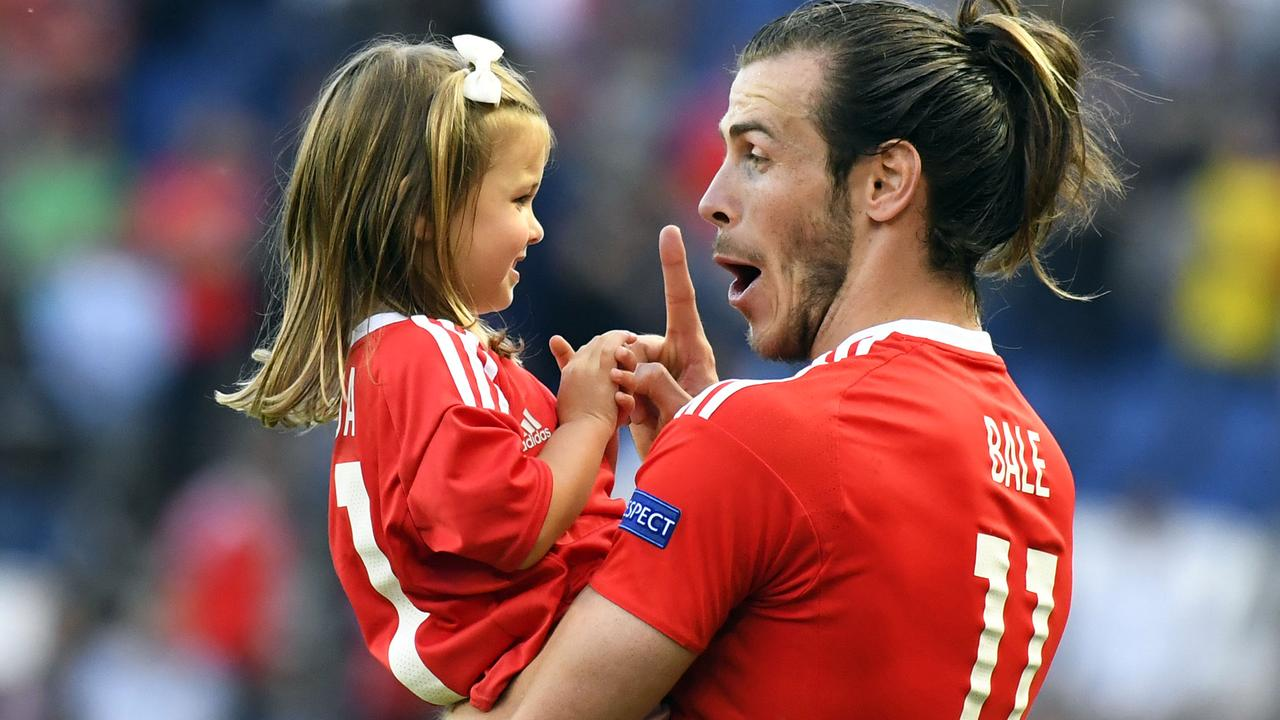 Gareth Bale viert winst Wales met dochtertje