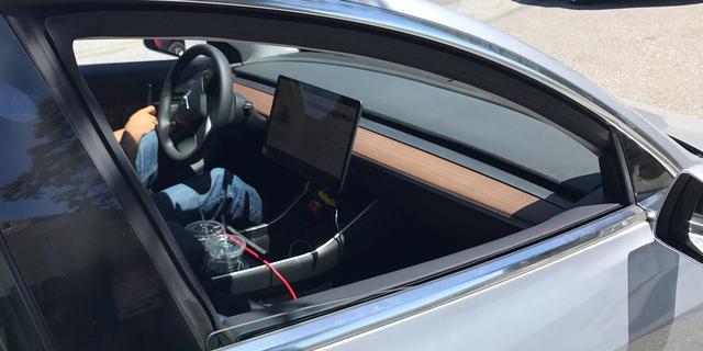 'Eerste exemplaar Tesla Model 3 rolt vrijdag van de band'